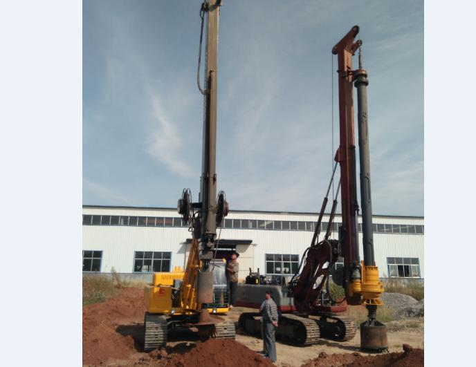 三位老板在20米旋挖机和摩阻杆旋挖钻机之间做选择图片
