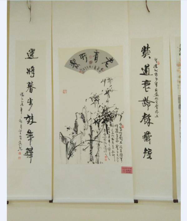 第二天刘桂言陪同高老板参观山东滕州鲁班纪念馆内的书画展