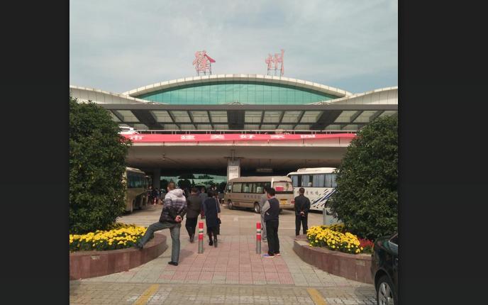 三位老板到山东省滕州市买到了理想的小型旋挖机,刘桂言为他们送行图片
