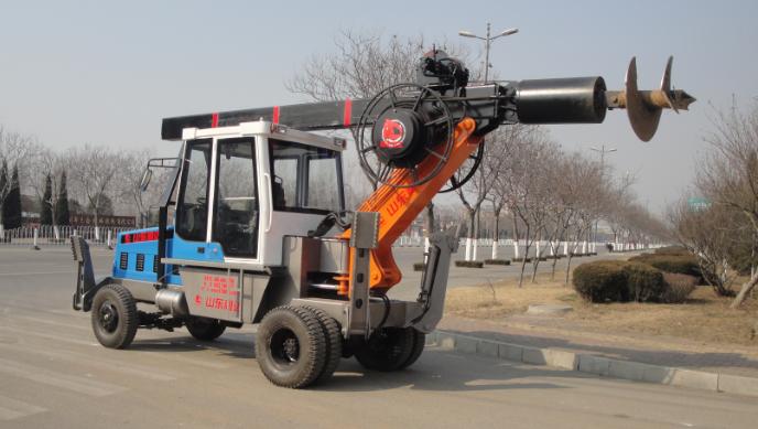 以下图片是180度轮式山东旋挖钻机:参考价格12.6-13.8万