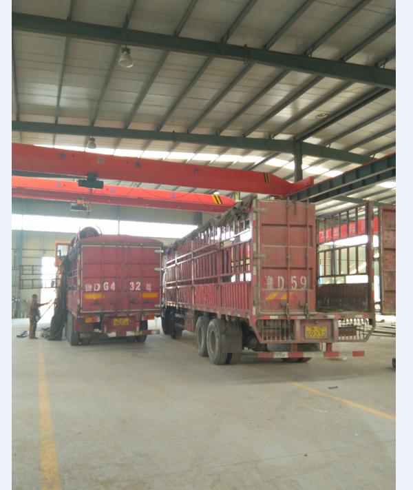 山东旋挖钻机装车图片,高老板对小型旋挖机厂家非常满意