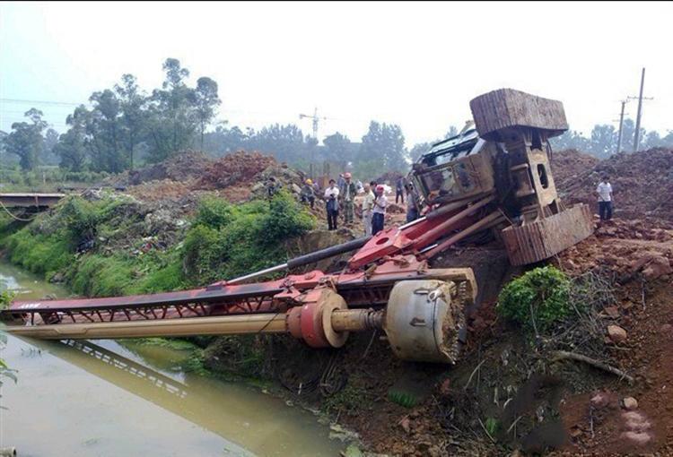 施工过程中旋挖机翻车事故图片
