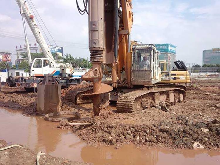 旋挖机驾驶员施工现场