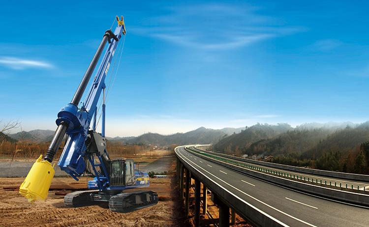 旋挖钻机进行大直径空心桥梁桩施工场景图片